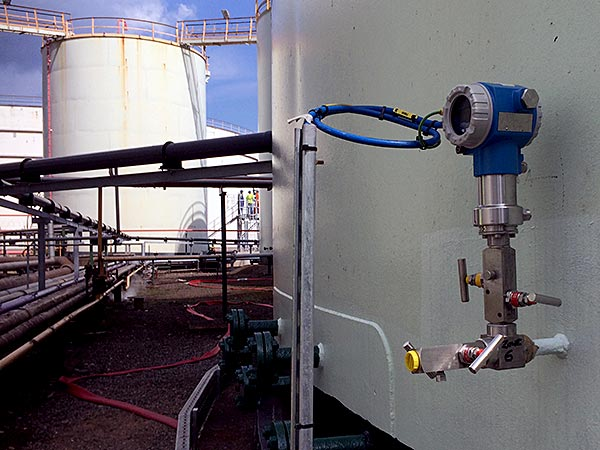 Vacuum monitoring unit outside above ground storage tank