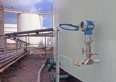 Vacuum monitoring gauge outside above ground tank
